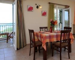"""Wohnzimmer mit Kamin - Korfu Ferienhäuser mit Pool """"Villen Zeta und Marianthi""""  in Nissaki, Ostküste, KorfuCorfu.de"""