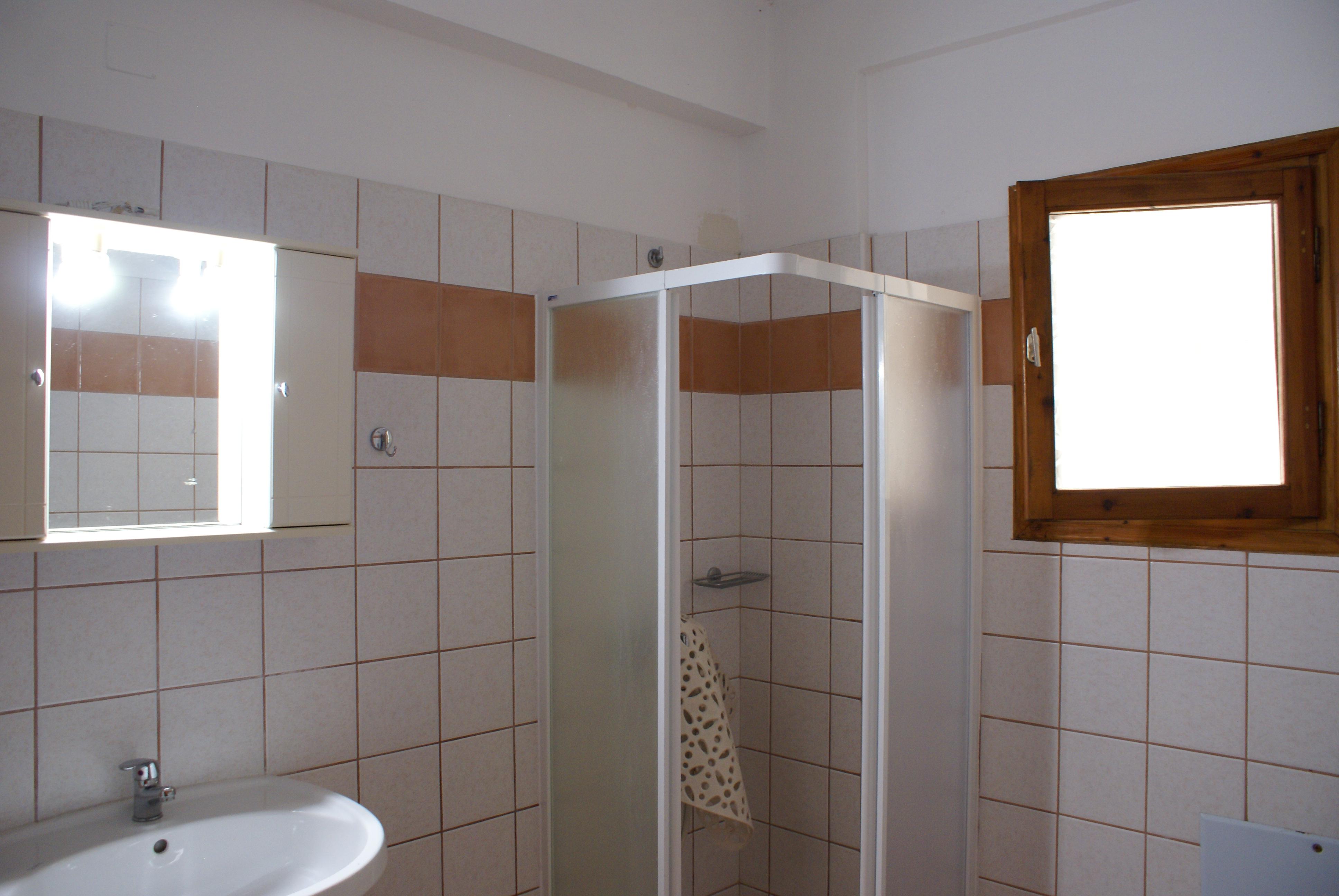 Duschbad Untergeschoss - Balkon - Korfu Ferienhaus Villa Adonis mit Pool, Nissaki, KorfuCorfu.de
